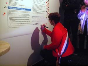 Valérie Corre, députée, signe la charte